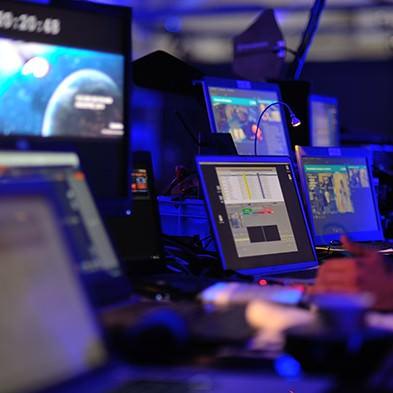 Große Anzahl Computerbildschirme in Nahaufnahme